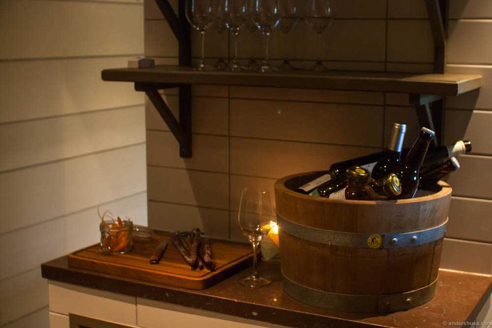 This is what awaits you in the sauna. Complimentary wine, pickled vegetables, and dried meat sausages. Wow!