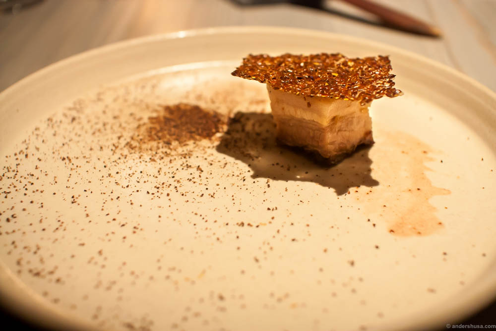 Pork belly with herring juice, dried chicken liver and a flax seed bread with vinegar. The plate was brushed with the herring juice, and the smell really confused you when you saw a piece of pork on the plate. This reminded Andreas of how pork meat used to smell when you prepared it back in the days, because the pigs were fed with feed that had a lot of fish fat in it