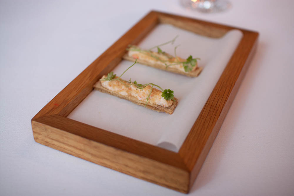 Chicken skin topped with King crab from Varanger, acidic onion powder and chervil.