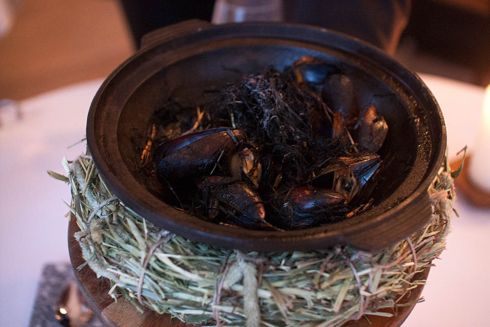 Mussels baked with hay.