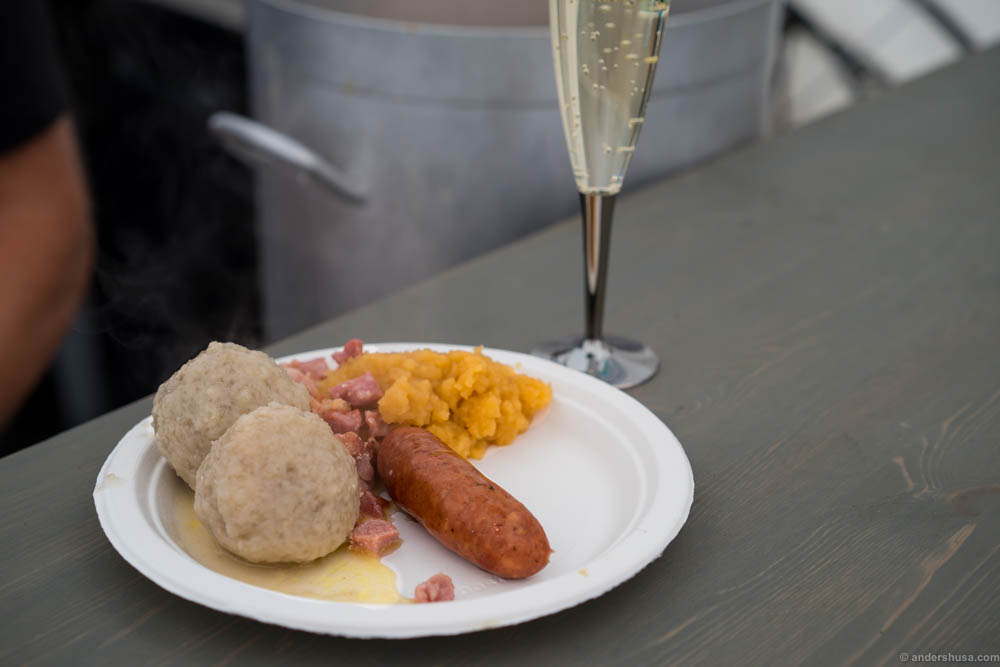Komla & Cava. What better combination than a classy cava and potatoe balls smashed on a plate