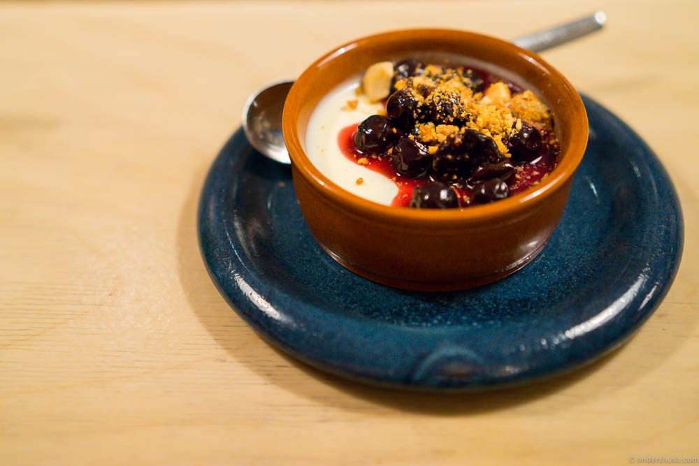 The great thing about the bar in Smalhans is that they won't deny to serve you from the main menu as well. That was perfect when we craved a dessert to finish the meal. A yogurt panna cotta with black currants and almond crumble.