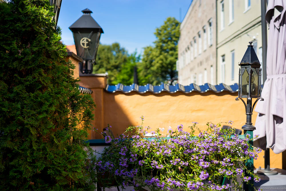 Gamle Raadhus has a relaxing backyard which is perfect in the spring and summer season