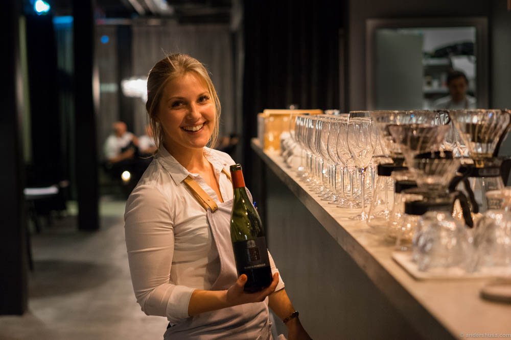 The sister of Filip from Ask, Anni Langhoff, works at Kontrast and was helping Linda to serve wines