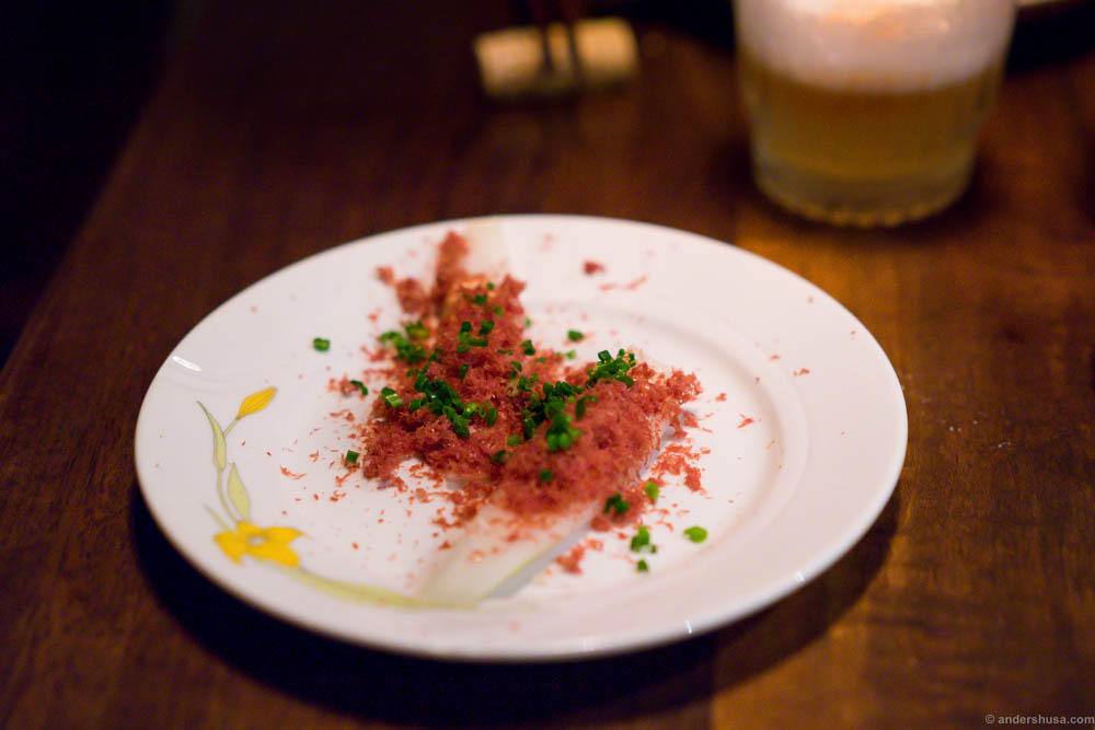 Baked pickled onion with shaved reindeer heart, Røros sour cream and chives
