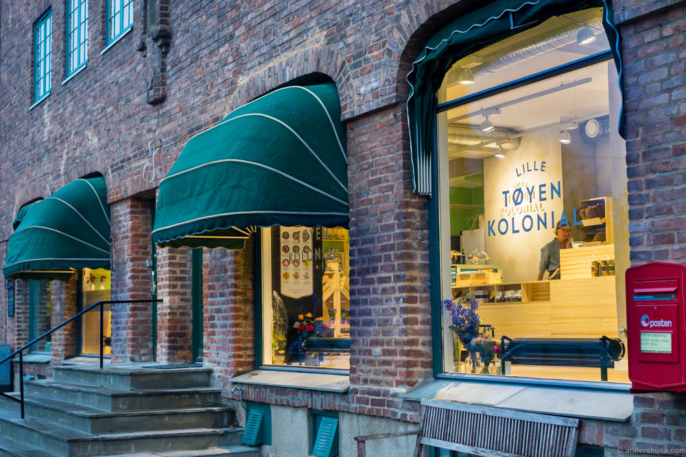 Lille Tøyen Kolonial is located in a brick and mortar building