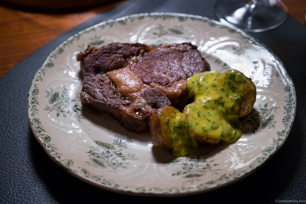 Entrecôte with intense flavor and butter-soft fat. Fried potatoes and béarnaise