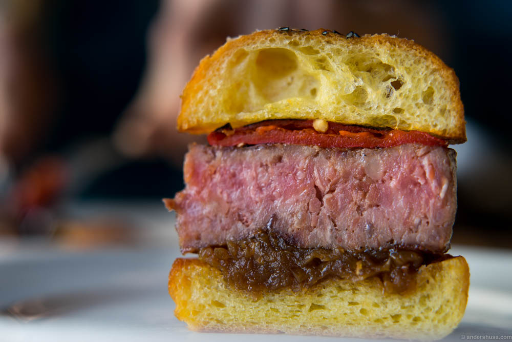 Look at that buttery brioche, the tasteful thickness of the meat. Oh my God, it even has piquillos