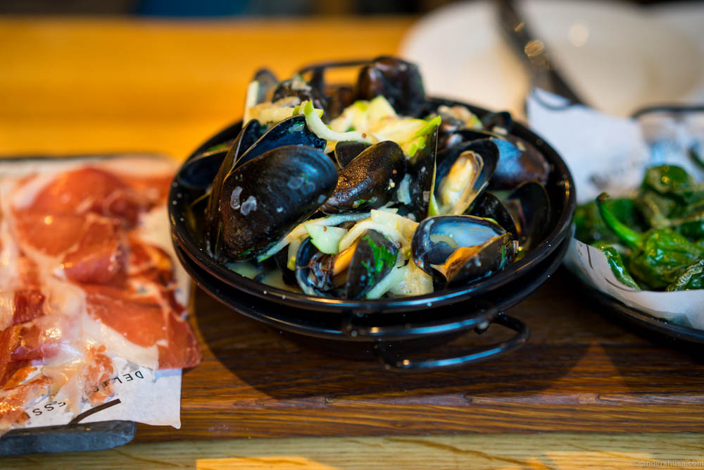 Steamed mussels, mustard sauce and apples