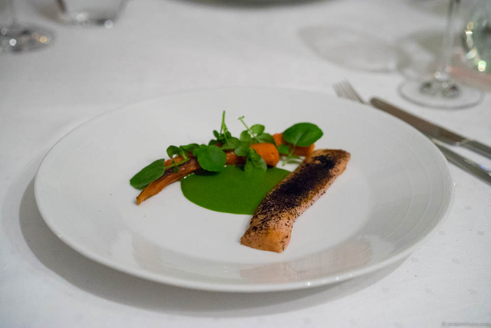 Kid (9 weeks) with dehydrated carrots, spinach and watercress sauce and dried seaweed with flavor of truffle