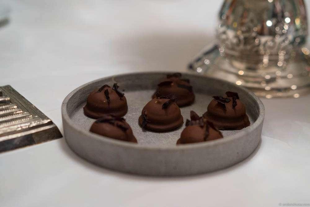 Chocolate-coated marshmallow treats with søl