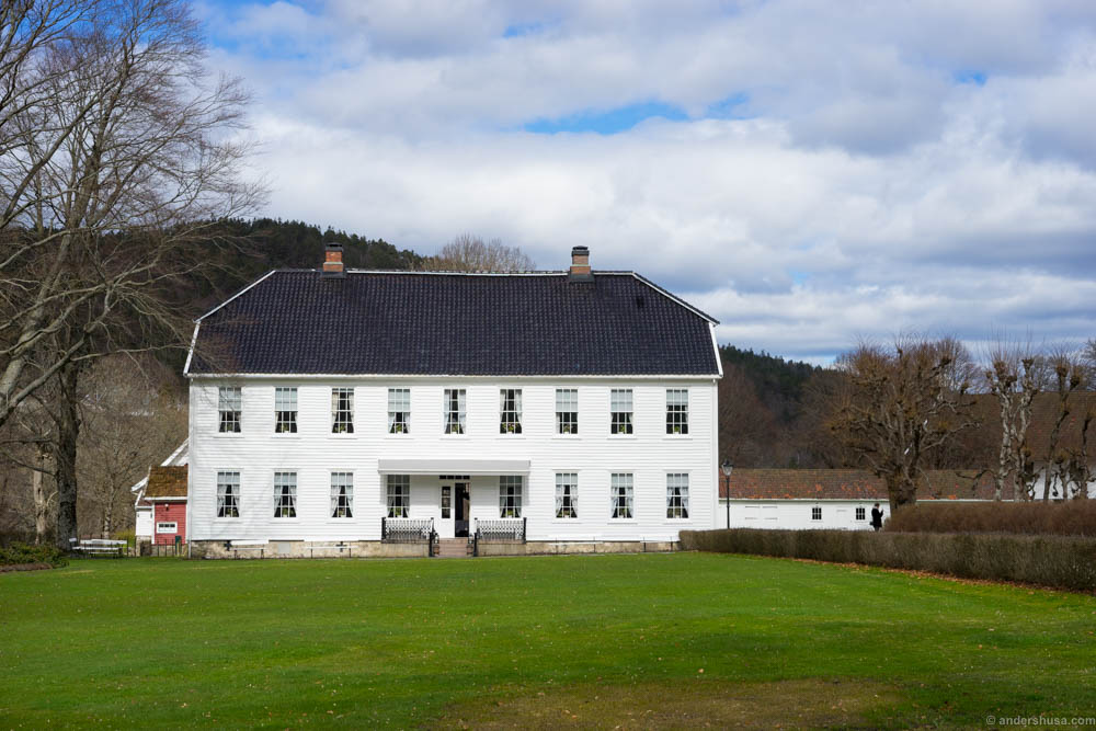 The main building of Boen Gård as it appears when you arrive