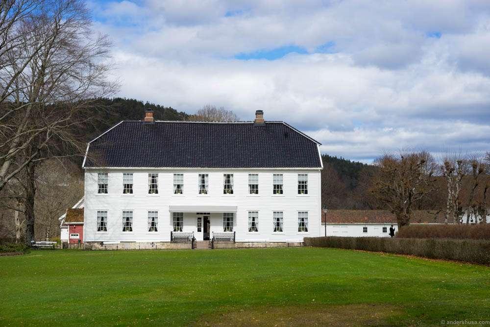 The main building of Boen Gård as it appears when you arrive