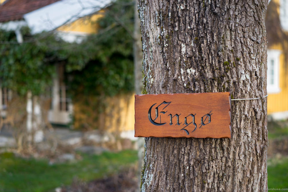 The Engø sign on a tree next to the reception house