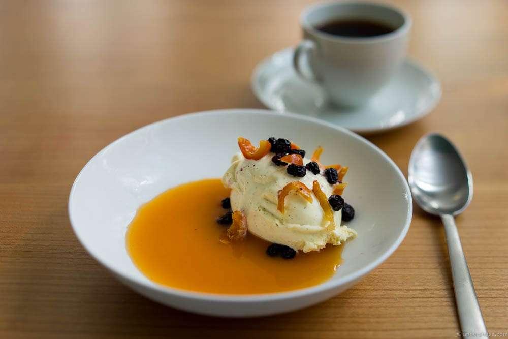 Vanilla ice cream, aronia & hip rose