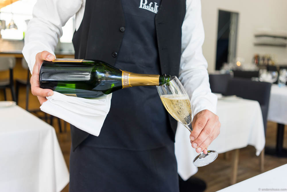 Pouring the bubblies at Pasfall