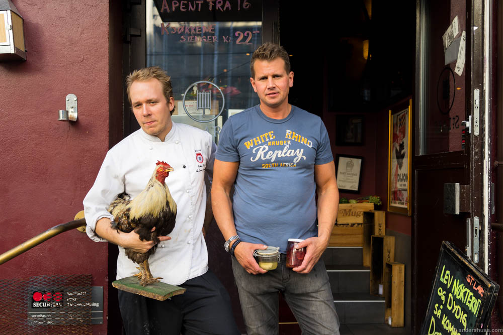 Head chef Daniel and restaurant manager Niclas posing with the rooster.