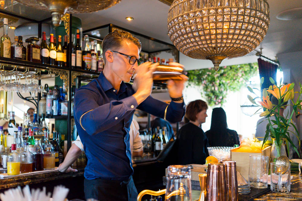 Niklas Jansson shaking up some cocktails in restaurant Atelier at Hotel Pigalle