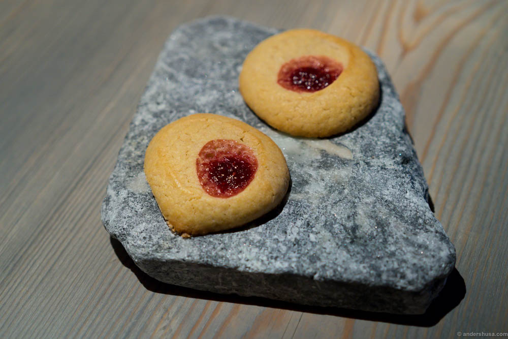 "Warm cakes with raspberry jam – ""hallongrotta"""