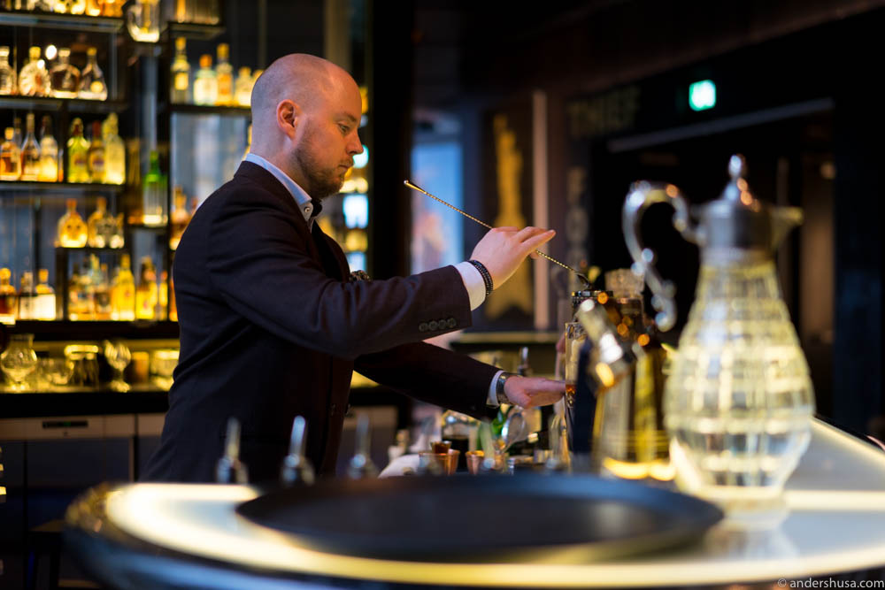 Bar manager Chris Grøtvedt mixin' up some superb cocktails