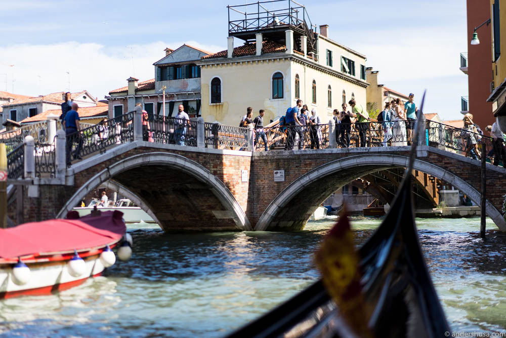 A constant flow of new tourists arrive and depart from Venice