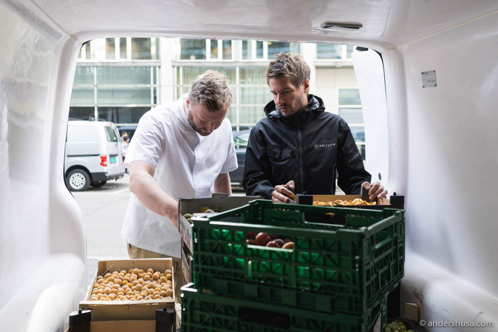 Raymond Myrvik from Augusta Arnesen guides chef Ulrik Jepsen through the daily selection