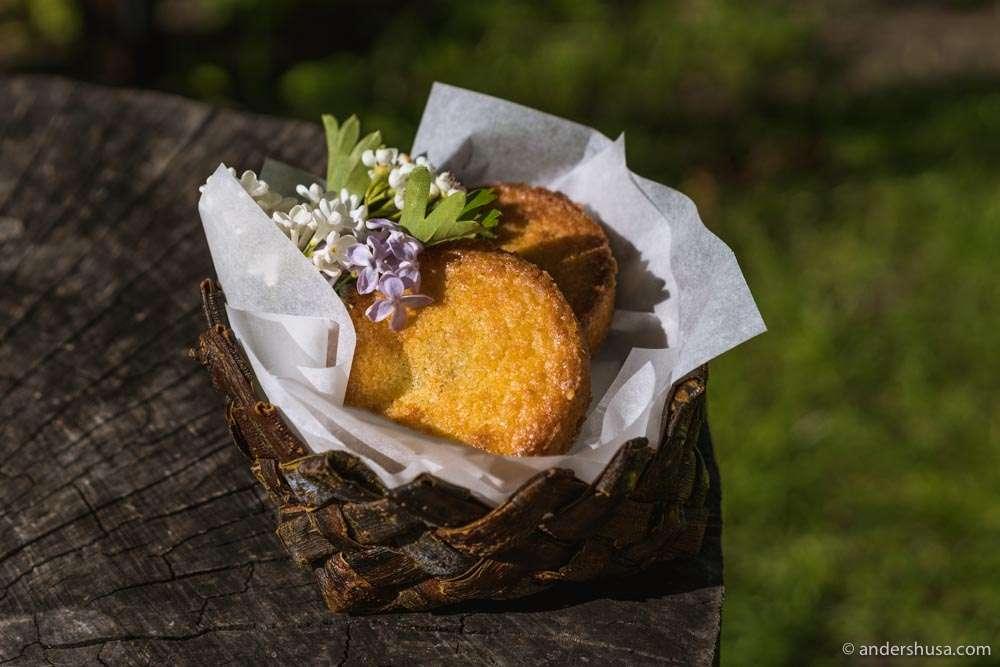 Basque cookie for dessert with a caramel of elderflower and raisins.