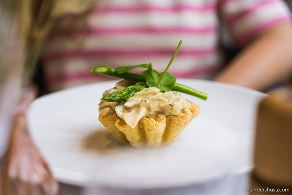 Puff pastry tartelette with stewed chicken and asparagus.
