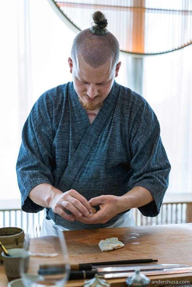 Mads Battefeld preparing the nigiri.